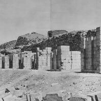 Стена, окружающая гробницу Джосера в Саккаре. Фото: Анджей Дзевановский