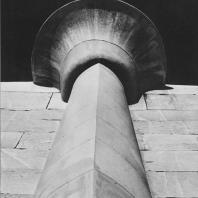 """Папирусообразная полуколонна рядом с так называемой """"стеной"""". Северное здание в гробнице Джосера в Саккаре. Фото: Анджей Дзевановский"""