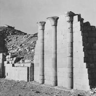 """Полуколоны с папирусными капителями на реконструированной так называемой """"стене"""". Северное здание в гробнице Джосера в Саккаре. Фото: Анджей Дзевановский"""