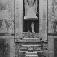 Слепая дверь со статуей покойного в камере мастабы Мерерука в Саккаре. VI династия. Фото: Анджей Дзевановский