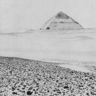 Южная пирамида фараона Снофру в Дашуре. IV династия. Фото: Анджей Дзевановский