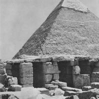 Фрагмент гробницы храма Микерина в Гизе. На заднем плане пирамида Хефрена. Фото: Анджей Дзевановский