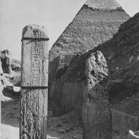 Фрагмент западного кладбища в Гизе. На заднем плане пирамида Хефрена. Фото: Анджей Дзевановский