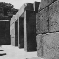 Интерьер гранитного храма Хефрена в Гизе. Фото: Анджей Дзевановский