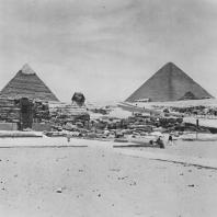Сфинкс и пирамиды Хеопса и Хефрена. Вид с востока. Фото: Анджей Дзевановский
