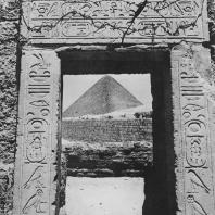Портал Аменхотепа II (XVIII династия) рядом с сфинксом  в Гизе. На заднем плане пирамида Хеопса. Фото: Анджей Дзевановский