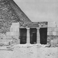 Двор мастабы. Некрополь на южной стороне пирамиды Хеопса. Фото: Анджей Дзевановский