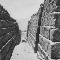 Переход между мастабами. Некрополь в Саккаре. Фото: Анджей Дзевановский