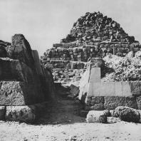 Южная пирамида у пирамиды Хеопса в Гизе. На переднем плане мастаба на восточном некрополе. Фото: Анджей Дзевановский