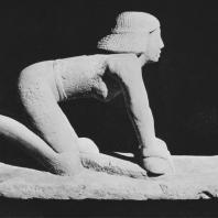 Женщина, мелющая зерно. Известняк. Статуя найдена в Саккаре. V династия. Египетский музей в Каире. Фото: Анджей Дзевановский