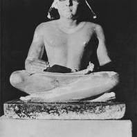 Статуя писаря, найденная в Саккаре. Полихромный известняк. IV династия. Египетский музей в Каире. Фото: Анджей Дзевановский