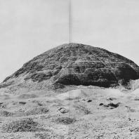 Остатки пирамиды Аменемхета III в Хаваре. XII династия. Фото: Анджей Дзевановский