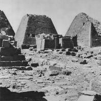 Гробница перед одной из пирамид в Мероэ (Нубия, Судан). Фото: Анджей Дзевановский