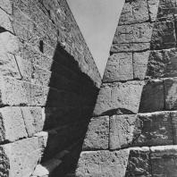 Узкий проход между пирамидами в Мероэ (Нубия, Судан). Фото: Анджей Дзевановский