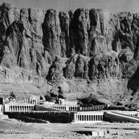 Фивы. Египет. Деир-эль-Бахри. Храм Хатшепсут. Вид с юго-востока. Фотограф: Анджей Дзевановский