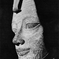 Фивы. Египет. Деир-эль-Бахри. Голова статуи Хатшепсут, гранит. Фотограф: Анджей Дзевановский