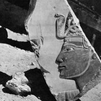 Фивы. Египет. Деир-эль-Бахри. Храм Тутмоса III. Фрагмент рельефа с изображением головы царя, известняк. Фотограф: Анджей Дзевановский