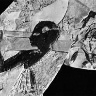 Фивы. Египет. Деир-эль-Бахри. Храм Тутмоса III. Фрагмент рельефа, изображающего жрецов, несущих ладью, известняк. Фотограф: Анджей Дзевановский