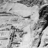 Фивы. Египет. Деир-эль-Бахри. Общий вид храмов с севера со склонов Гебеля. Фотограф: Анджей Дзевановский