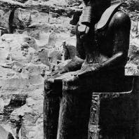 Фивы. Египет. Деир-эль-Бахри. Храм Тутмоса III. Статуя фараона, гранит. Фотограф: Анджей Дзевановский