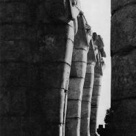 Фивы. Египет. Рамессеум. Восточная сторона, второй двор. Фотограф: Анджей Дзевановский