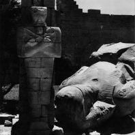Фивы. Египет. Рамессеум. Разбитый колосс Рамсеса II, гранит. Фотограф: Анджей Дзевановский