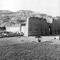 Фивы. Египет. Мединет-Абу. Вид храма Рамсеса III с юго-востока. Фотограф: Анджей Дзевановский