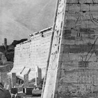 Фивы. Египет. Мединет-Абу. Храм Рамсеса III. Южная сторона первого пилона. Фотограф: Анджей Дзевановский
