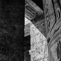 Фивы. Египет. Мединет-Абу. Храм Рамсеса III. Фрагменты декора стен храма во втором дворе. Фотограф: Анджей Дзевановский