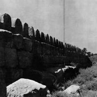 Фивы. Египет. Мединет-Абу. Стена с зубцами, окружающая священный округ. Фотограф: Анджей Дзевановский