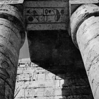 Фивы. Египет. Мединет-Абу. Храм Рамсеса III. Фрагменты портика во втором дворе. Фотограф: Анджей Дзевановский
