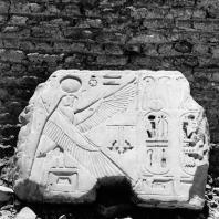 Фивы. Египет. Мединет-Абу. Храм Рамсеса III. Блок с картушами фараона. Фотограф: Анджей Дзевановский
