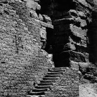 Фивы. Египет. Мединет-Абу. Боковой вход в триумфальные ворота Рамсеса III. Фотограф: Анджей Дзевановский