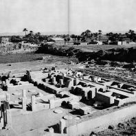 Фивы. Египет. Мединет-Абу. Дворец Рамсеса III. Боковой вход с южной стороны. Фотограф: Анджей Дзевановский