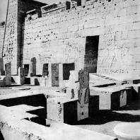 Фивы. Египет. Мединет-Абу. Дворец Рамсеса III. Южная часть, примыкающая к наружным стенам храма. Фотограф: Анджей Дзевановский