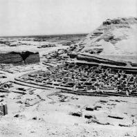 Фивы. Египет. Деир-эль-Медине. Поселок рабочих, вид с запада. Фотограф: Анджей Дзевановский