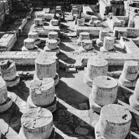 Фивы. Египет. Мединет-Абу. Храм Рамсеса III. Общий вид гипостильного зала. Фотограф: Анджей Дзевановский
