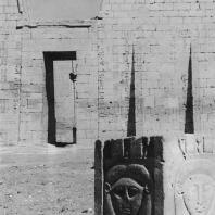 Фивы. Египет. Мединет-Абу. Храм Рамсеса III. Хаторическая капитель перед первым пилоном. Фотограф: Анджей Дзевановский