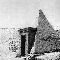 Фивы. Египет. Деир-эль-Медине. Пирамида над гробницей. Фотограф: Анджей Дзевановский