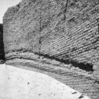 Фивы. Египет. Деир-эль-Медине. Стена из кирпича, окружающая храм птолемеевского времени, вид с востока. Фотограф: Анджей Дзевановский