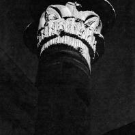 Фивы. Египет. Мединет-Абу. Колонна, находящаяся во дворе перед храмом Тутмоса III. Фотограф: Анджей Дзевановский